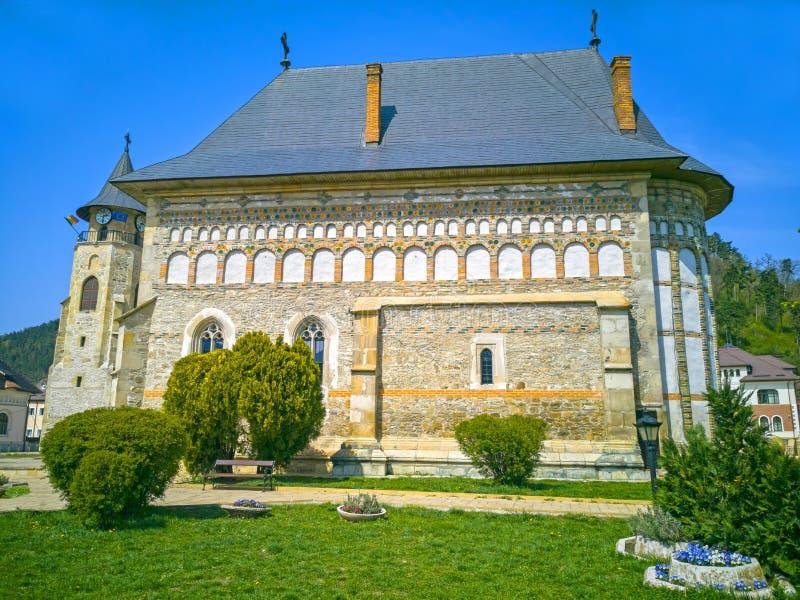 Średniowieczny kościół i zegarowy wierza w Piatra Neamt fotografia royalty free