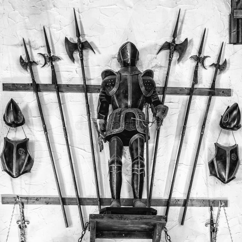 Średniowieczny opancerzenie wystawiający z metal alabardami fotografia royalty free