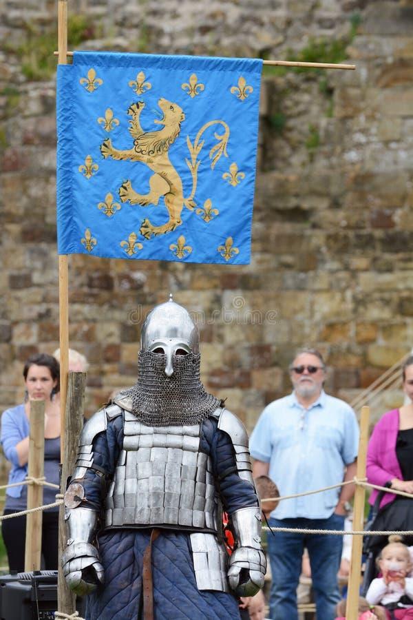 Średniowieczny rycerz w pełnej batalistycznej zbroi przygotowywa walczyć fotografia royalty free