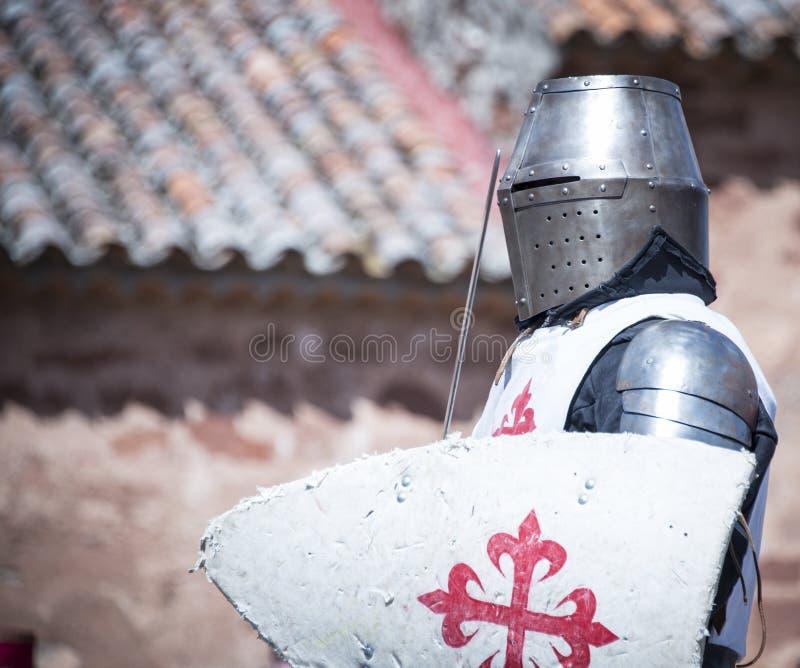 Średniowieczny rycerz z metalu opancerzeniem s viv reenactment obrazy stock