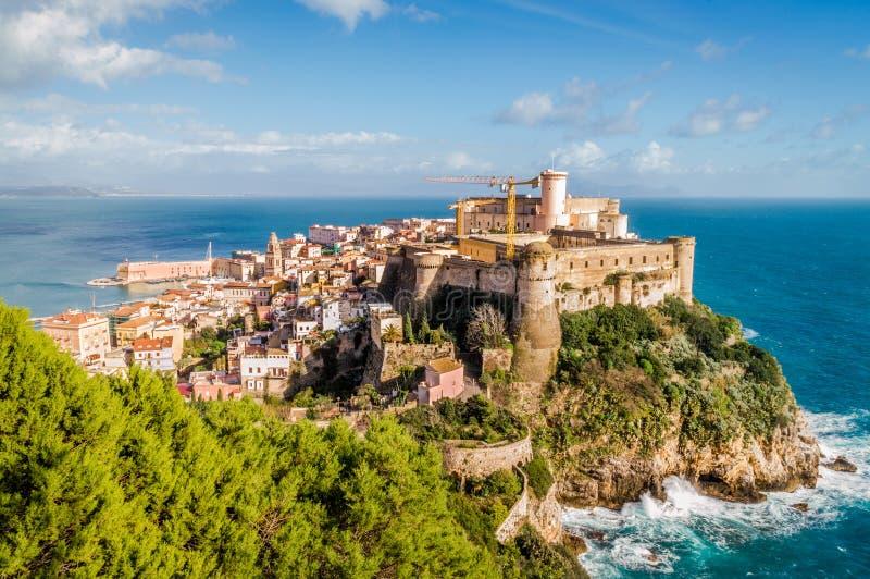 Średniowieczny sedno miasteczko Gaeta, Włochy, na skale nad morze śródziemnomorskie obrazy stock
