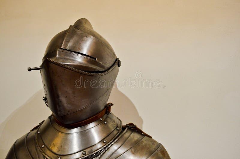 Średniowieczny silny rycerza wojownik przykuwający w żelaznym srebrzystym silnym metalu opancerzeniu z hełmem i naliczkiem zdjęcie royalty free