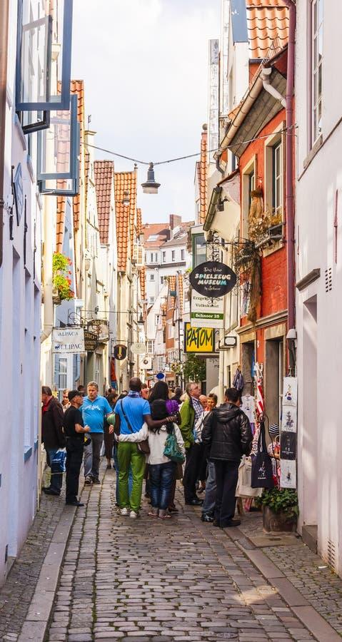 Średniowieczny Stary Grodzki uliczny pełny ludzie w Bremen Niemcy obrazy royalty free