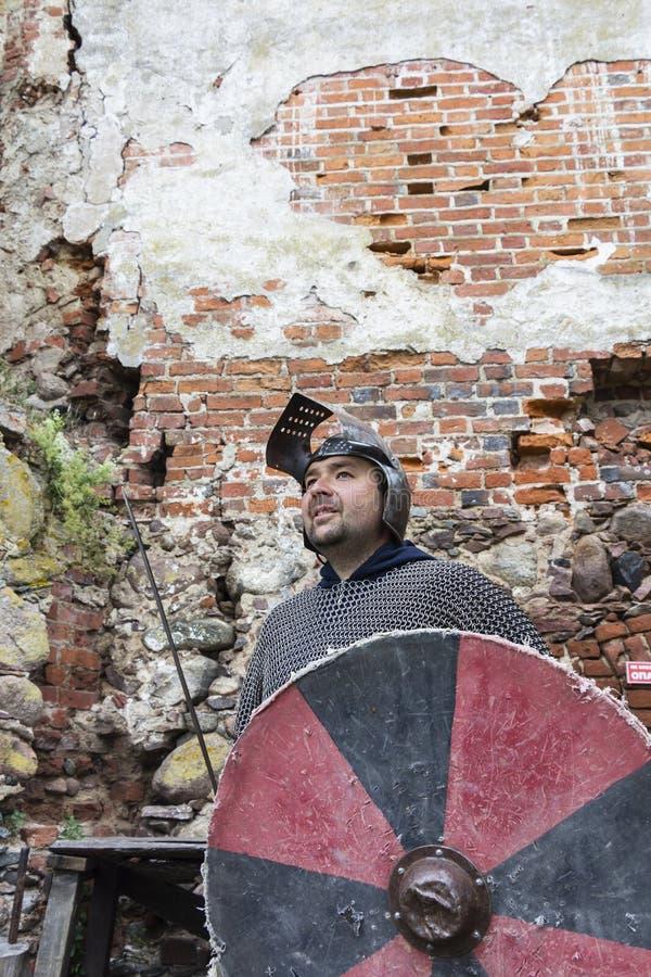 Średniowieczny stary rycerza hełm i łańcuszkowa poczta dla ochrony w bitwie Bardzo ciężki pióropusz na stojaku w naturze 3d starz zdjęcie stock