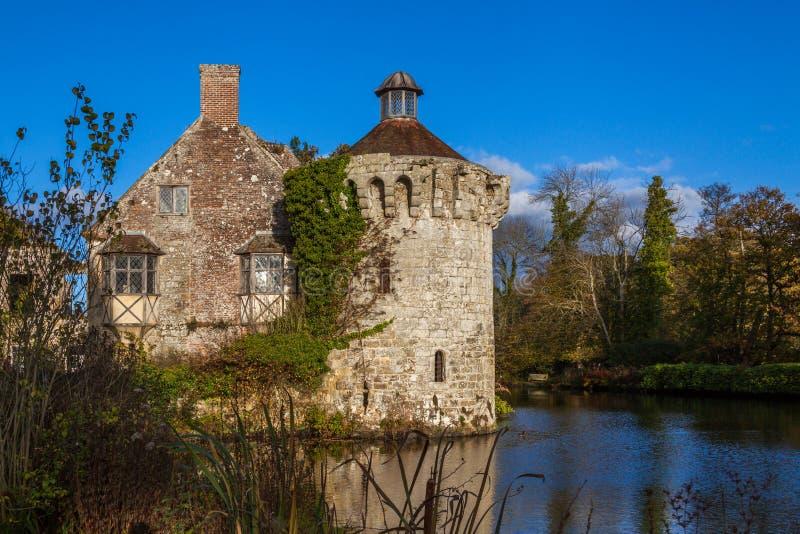 Średniowieczny stary Scotney kasztel otaczający wodą obrazy royalty free