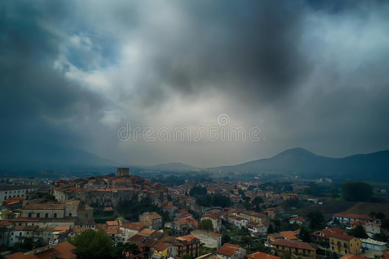 Średniowieczny włoski stary wioski widok z lotu ptaka z chmurami i mountai obraz stock