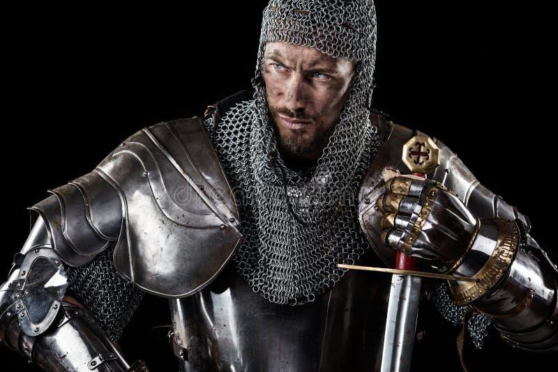 Średniowieczny wojownik z łańcuszkowej poczta kordzikiem i zbroją fotografia royalty free