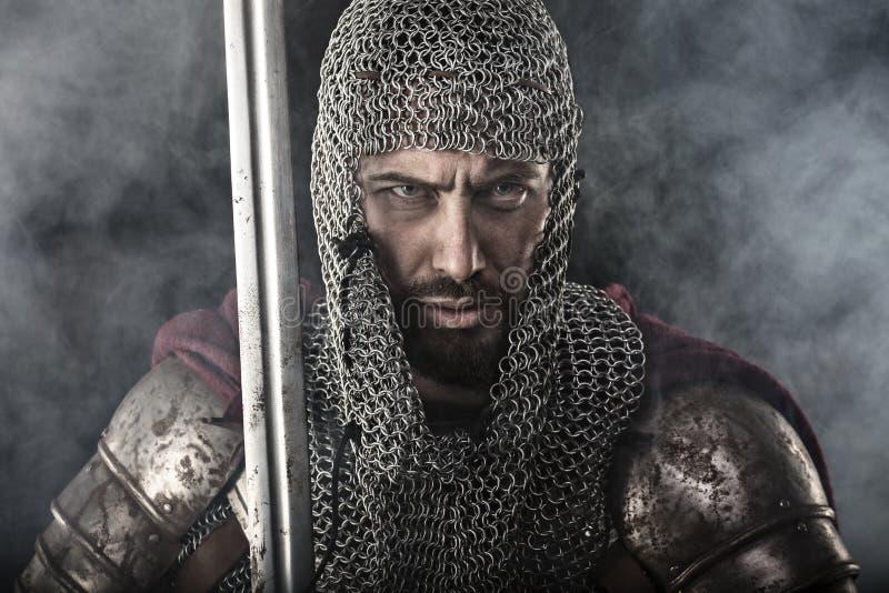 Średniowieczny wojownik z łańcuszkowej poczta kordzikiem i zbroją zdjęcie royalty free
