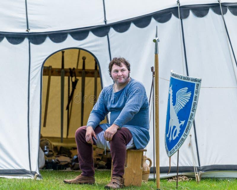 Średniowieczny zbrojmistrz siedzi na zewnątrz jego namiotu zdjęcia royalty free