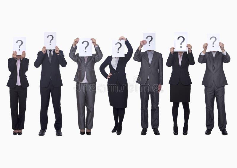 Środek grupa ludzie biznesu trzyma up papierowymi z znakiem zapytania z rzędu, zaciemniająca twarz, studio strzał obraz royalty free