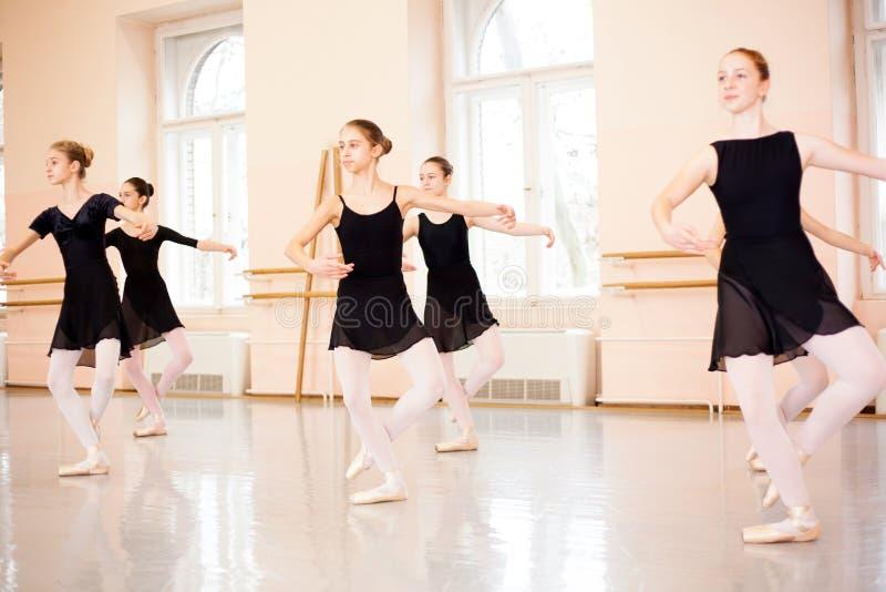 Środek grupa nastoletnie dziewczyny ćwiczy klasycznego balet fotografia stock