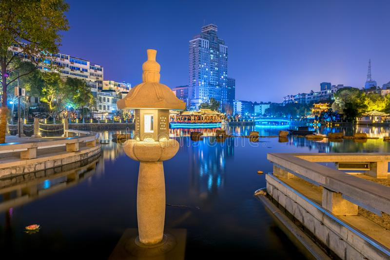 środek jeziorna lampa pawilonu parka noc zdjęcia royalty free