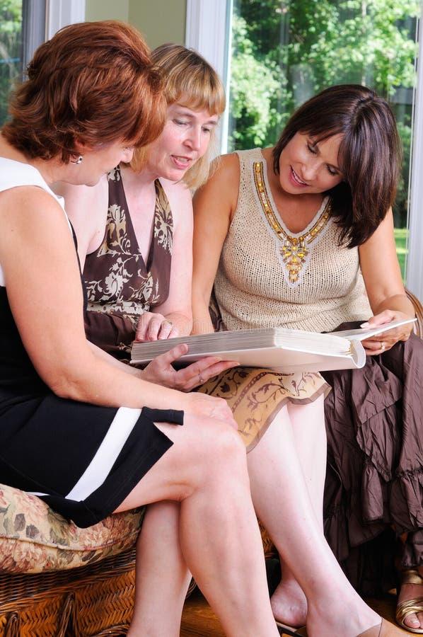środek pełnoletnie kobiety trzy obrazy stock
