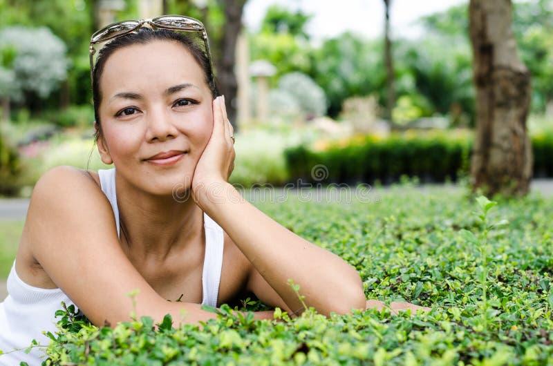 Środek - starzejąca się Tajlandzka atrakcyjna kobieta. obraz royalty free