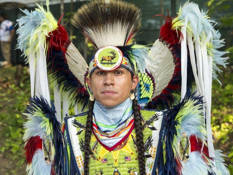 Środka strzał imponująco rodzimy mężczyzna w ceremonialnym kostiumu fotografia royalty free
