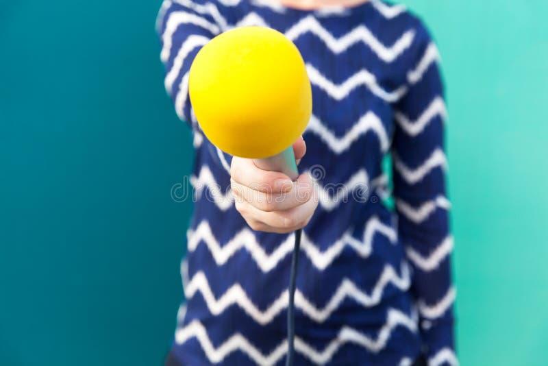 Środka wywiad Dziennikarza mikrofon zdjęcia stock