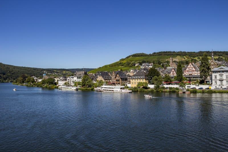 Środkowa Moselle rzeka z Traben - część piękny miasteczko Traben-Trarbach, Palatinate, Niemcy obraz royalty free