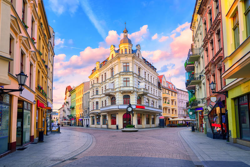 Środkowa zwyczajna ulica w Toruńskim, Polska obraz royalty free