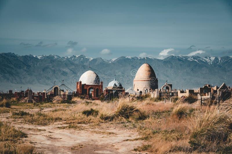 Środkowy Azjatycki muzułmański cmentarz z starymi i nowymi mauzoleumami wpólnie w Kazachstan, obrazy stock