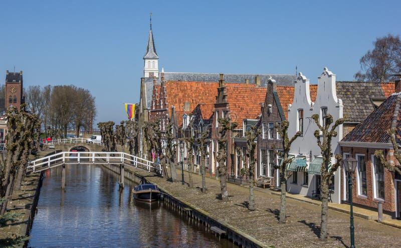 Środkowy kanał i ulica w dziejowym Sloten zdjęcia stock