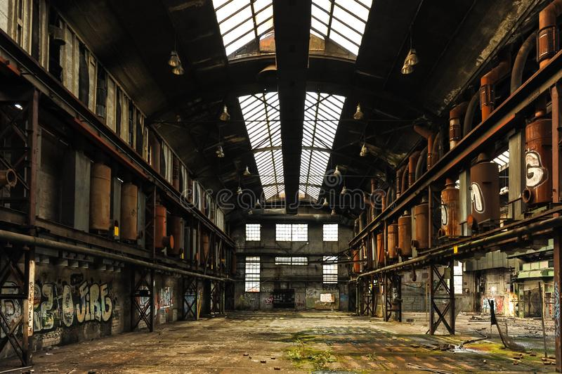 Środkowy widok produkcja lobby w zaniechanej fabryce obraz royalty free