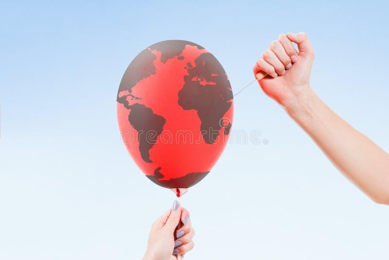 Środowiska niebezpieczeństwo, pojęcie Opieka dla ekologii Świat na krawędzi falezy zdjęcie royalty free