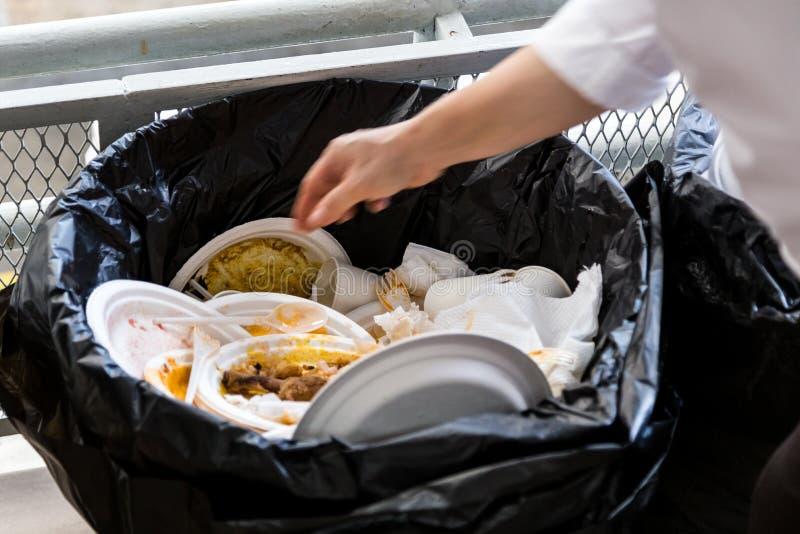 Środowiska styrofoam nieprzyjaźni talerze i filiżanki w plastikowym stroju fotografia royalty free