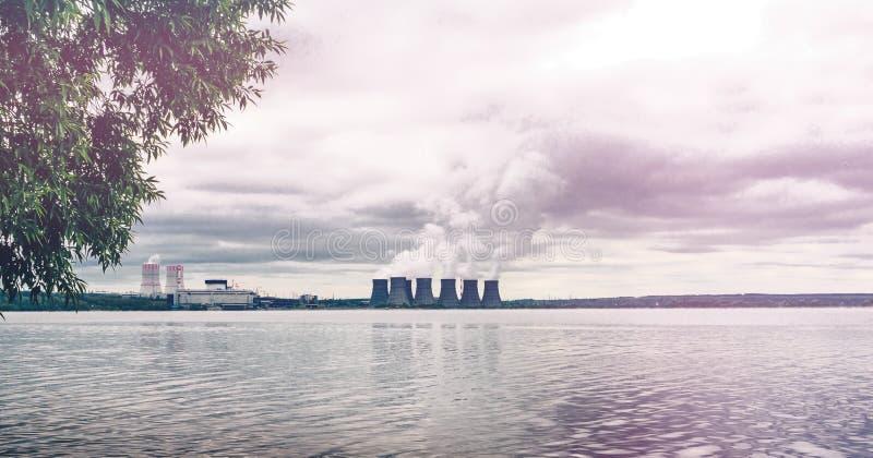Środowisko ochrony pojęcie Elektrownia jądrowa na zbiorniku wodnym dym zdjęcie stock