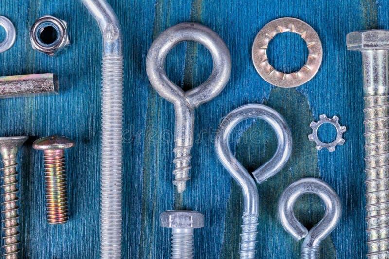 Śrub dokrętki i płuczki na błękicie różni typ i miary zdjęcie stock