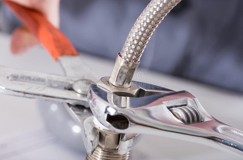 Śrubowanie instalaci wodnokanalizacyjnej dopasowania obrazy stock