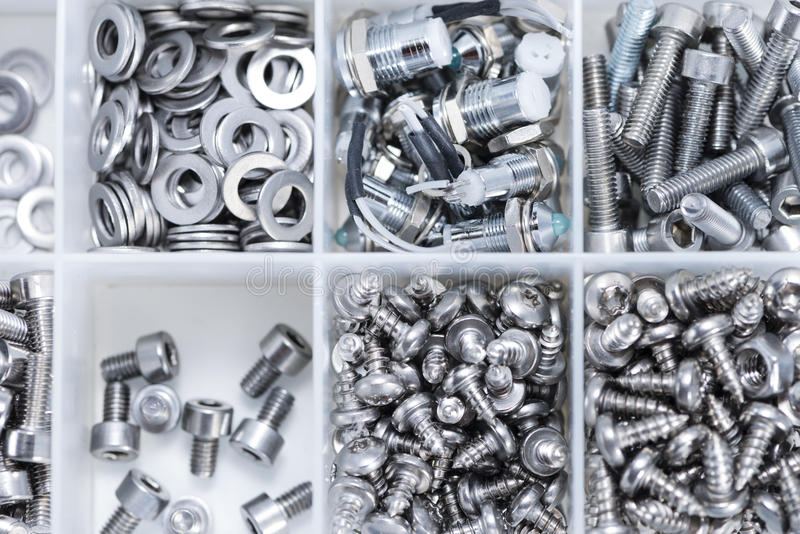 Śruby i Maszynowe części w pudełku fotografia royalty free