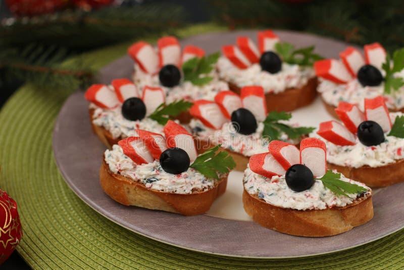 Świąteczne kanapki z krabów kijami, feta serem i czarnymi oliwkami, obraz stock