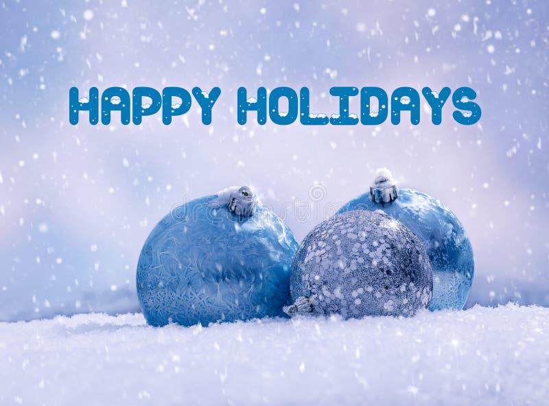 Świąteczne niebieskie kule, świąteczne dekoracje na śnieżnym tle zdjęcia royalty free