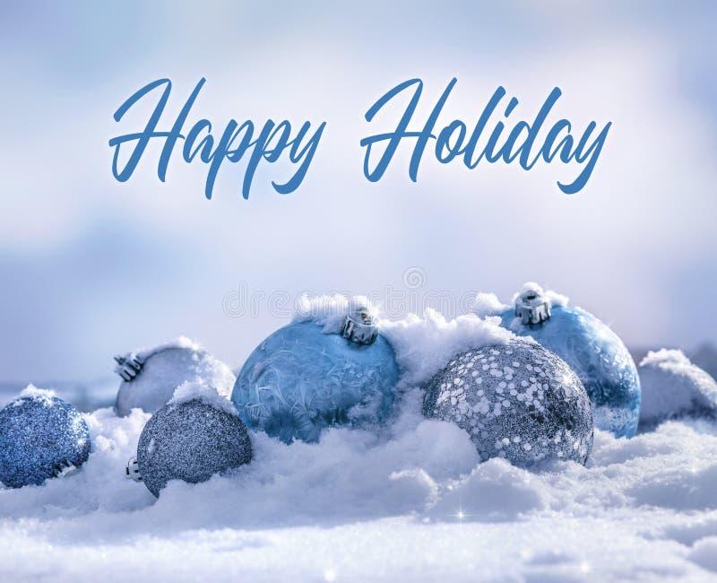 Świąteczne niebieskie kule, świąteczne dekoracje na śnieżnym tle obrazy stock