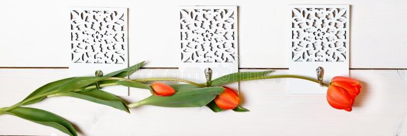 Świąteczne purpur menchie kwitną tulipanu skład na błękitnym tle Zasięrzutny odgórny widok, mieszkanie nieatutowy obraz stock