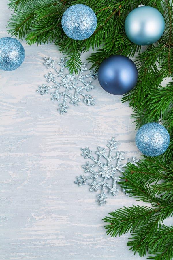 Świąteczne tło świąteczne z niebieskim i srebrnym ozdobą świąteczną i choinką zdjęcie stock