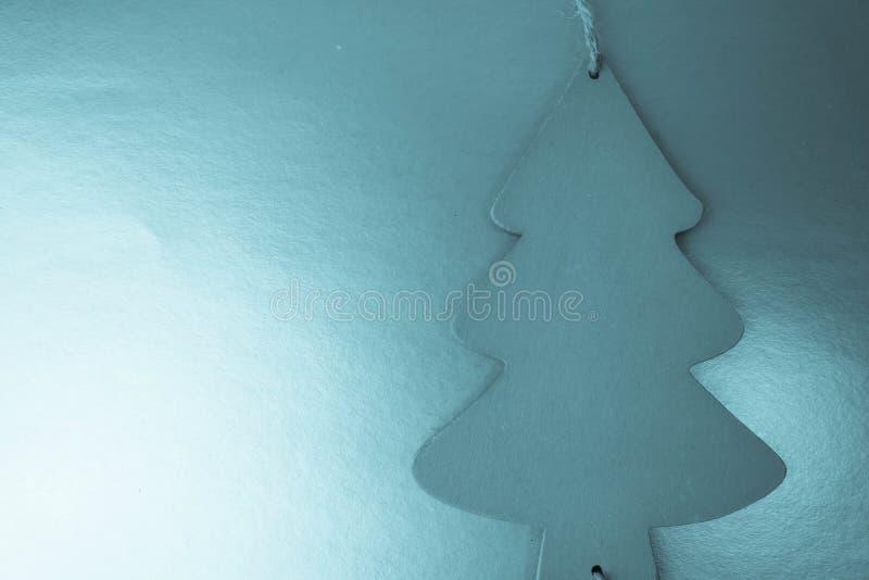 Świątecznej nowy rok Bożenarodzeniowej zimy błyskotliwości błyskotliwości szczęśliwy piękny błękitny tło z małą zabawkarską drewn fotografia stock