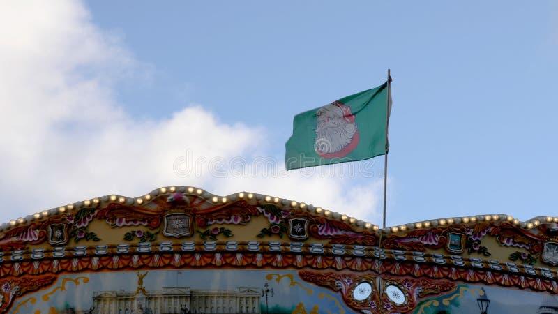 Świąteczni boże narodzenia zaznaczają na flagpole nad Birmingham bożych narodzeń rynkiem zdjęcia stock