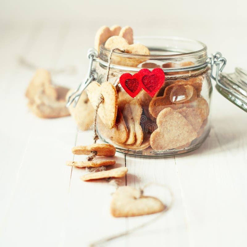 Świąteczni ciastka w słoju Dekorującym z sercami obrazy stock