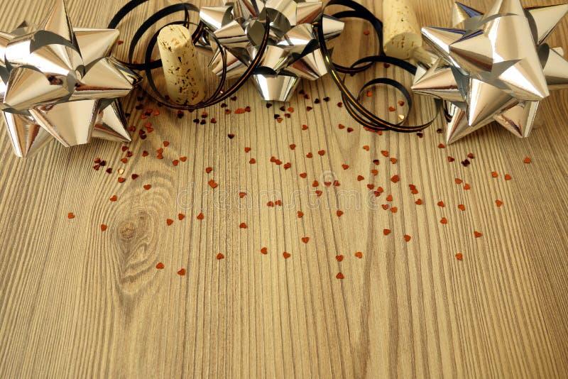 Świąteczni dekoracja faborki, confetti na drewnianym tle i zdjęcie stock
