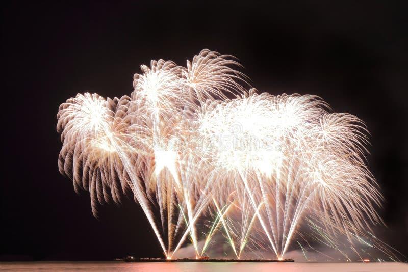 Świąteczni kolorowi fajerwerki na nocnego nieba tle Uroczysty wakacje fotografia stock
