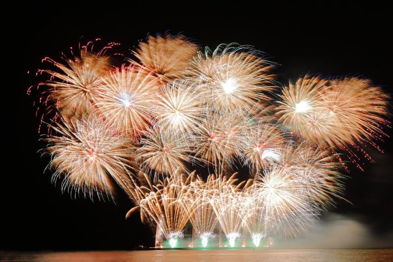 Świąteczni kolorowi fajerwerki na nocnego nieba tle Uroczysty wakacje zdjęcia stock