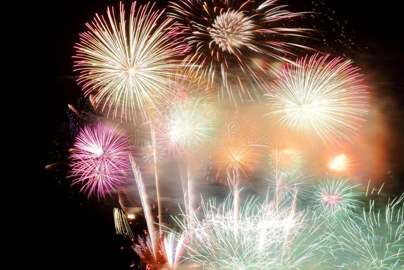 Świąteczni kolorowi fajerwerki na nocnego nieba tle Uroczysty wakacje obrazy royalty free