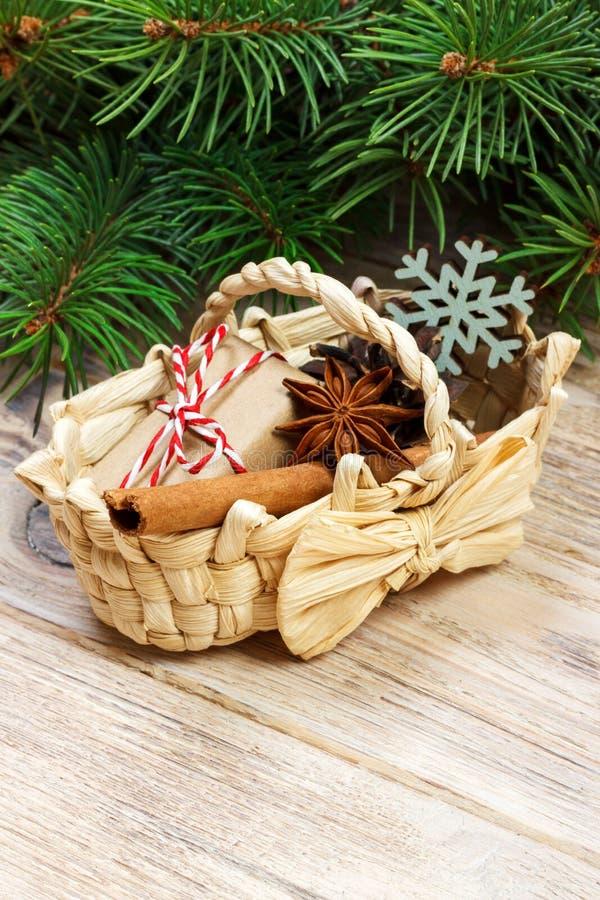 Świąteczni prezenty z pudełkami, gwiazdowym anice, koszem, cynamonem i płatkiem śniegu na Drewnianym tle, Bożenarodzeniowe teraźn zdjęcia royalty free