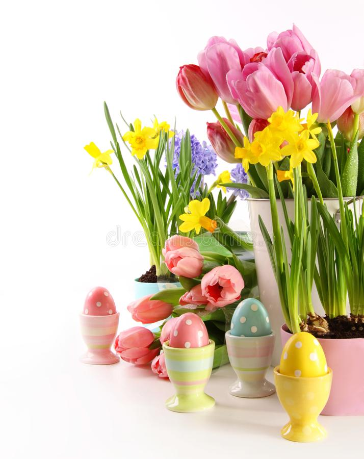Świąteczni wiosna kwiaty, jajka dla wielkanocy i zdjęcie royalty free