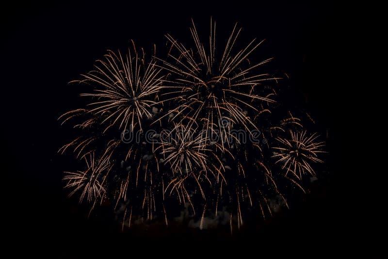 Świąteczni złoci fajerwerki na czarnym tle zdjęcie stock