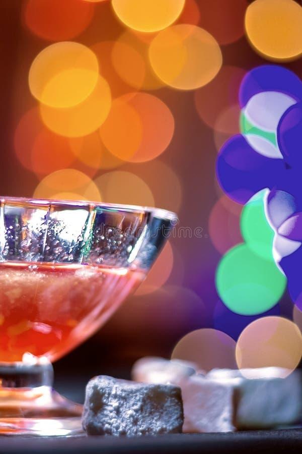 świątecznie tło Szkło z trunkiem na tle girlanda zaświeca zdjęcie royalty free