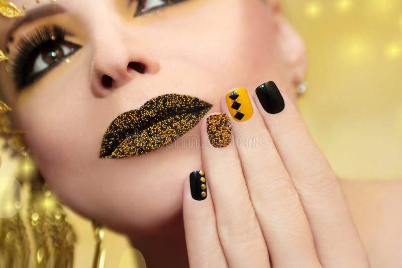 Świąteczny żółty czarny manicure i makeup obrazy royalty free