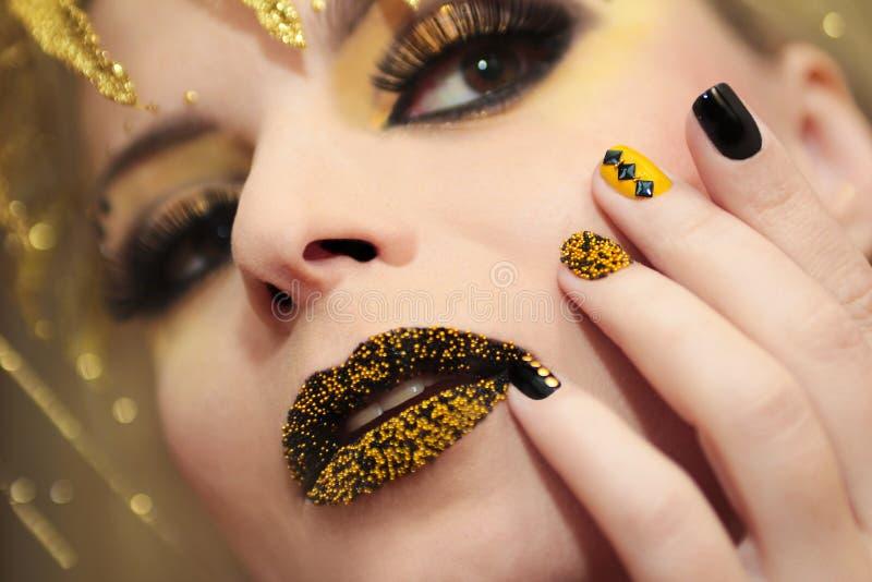Świąteczny żółty czarny manicure i makeup obrazy stock