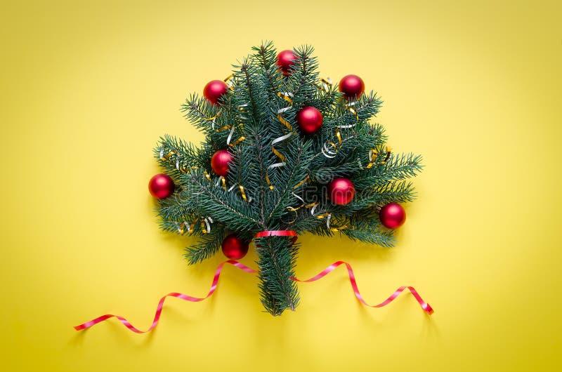 Świąteczny Bożenarodzeniowy bukiet świerczyna, dekorujący z Bożenarodzeniowymi zabawkami i faborkami fotografia royalty free